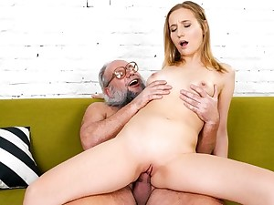Kiki Cyrus Gives Old Boy A Rimjob While She Faps His Cock